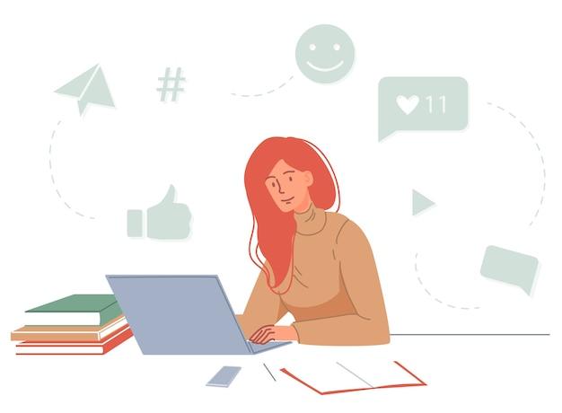 Online les voor social media marketeer, targetoloog, eh. jonge vrouw studeren thuis kijken naar video blog sociale media webinar training op laptop. afstandsonderwijs, e-learning