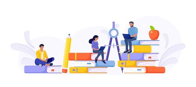 Online onderwijs of bedrijfstraining. stapel boeken en studenten die webcursussen of zelfstudies leren per laptop. educatief webseminar, internetlessen, e-learning door webinar