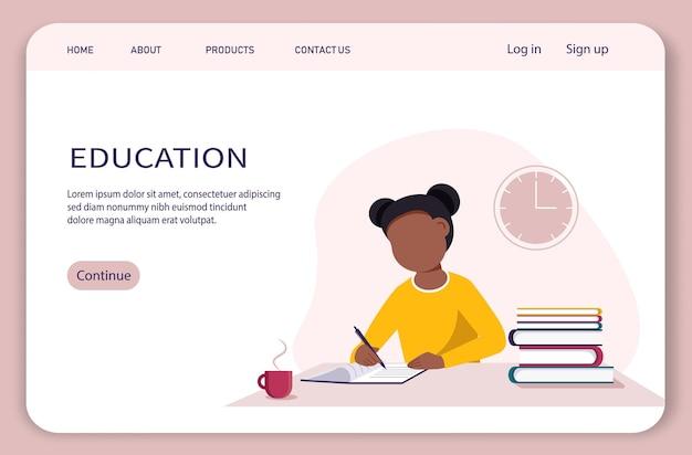Online onderwijsconcept met een zwart meisje dat iets in een notitieboekje schrijft.