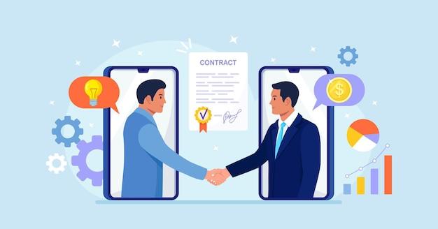 Online overeenkomst. handdruk na succesvolle onderhandelingen, ondertekening contract. mensen uit het bedrijfsleven schudden handen op het scherm van smartphones. samenwerking en communicatie, corporate business