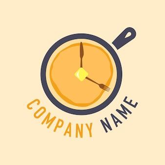 Ontbijt tijd pannenkoek en bestek vector met koekenpan logo sjabloon op zachte gele achtergrond