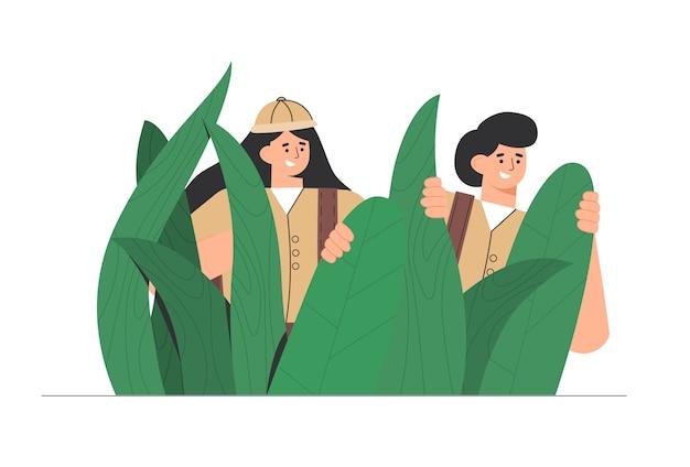 Ontdekkingsreizigers, reizigers in de jungle grote groene bladeren, man en vrouw genieten van een schilderachtig plantenlandschap.