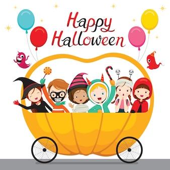 Ontspannende kinderen die op halloween-pompoenkar zitten