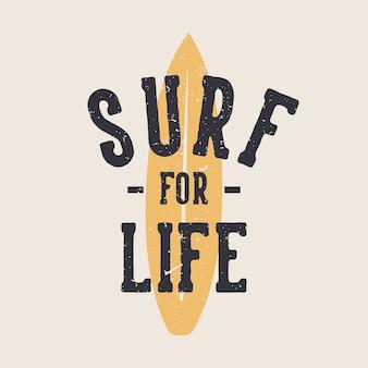 Ontwerp surfen voor het leven met surfplank vlakke afbeelding als achtergrond