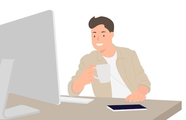 Ontwerper die computermonitor bekijkt en koffie drinkt