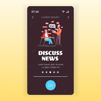Ontwerpers paar chatten tijdens vergadering bespreken dagelijks nieuws chat bubble communicatieconcept smartphone scherm mobiele app-sjabloon