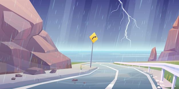 Onweer met bliksem en regen op bergweg met zeezicht, storm op krullende lege asfaltweg in rotsachtig landschap met bochtbord