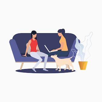 Op de bank zitten en thuis ontspannende vrouwen