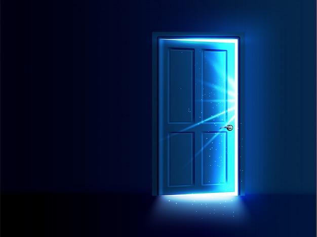 Op een kier staande deur met licht en stralen die uit de opening komen.