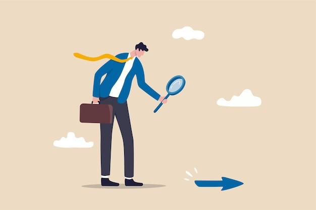 Op zoek naar bedrijfsrichting, strategie of ontdek zakelijke kansen of oplossing voor werkmoeilijkheidsconcept, zakenmanleider die vergrootglas gebruikt om pijl op de vloer te ontdekken.