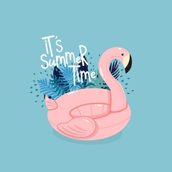 Opblaasbare roze flamingo omringd door tropische bladeren met letters het is zomertijd op de blauwe achtergrond.