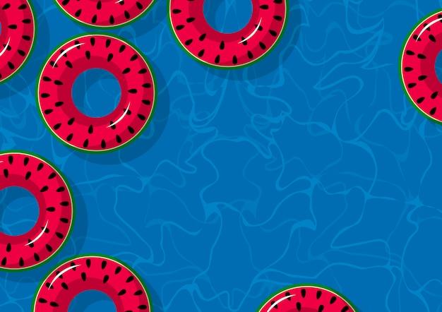 Opblaasbare watermeloen in zwembad met kopie ruimte