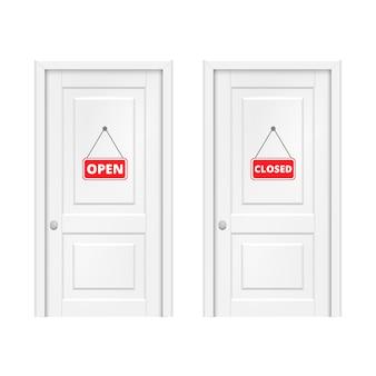 Open en gesloten bord op de deur.