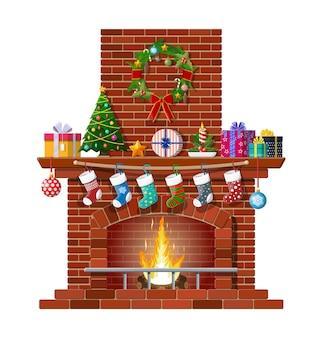 Open haard met sokken, kerstboom, kaarsballen cadeaus en krans