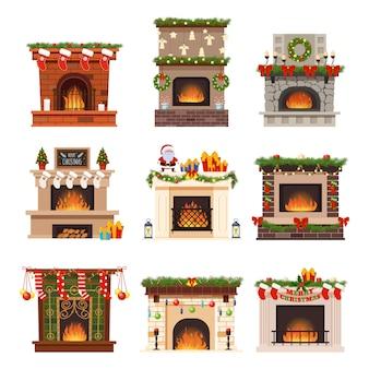 Open haard warme open haard decor sokken, santa, geschenken op kerstviering. de decoratiereeks van brandend brandhout op kerstmisvakantie in de winter op wit wordt geïsoleerd dat