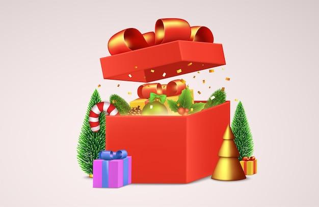 Open rode geschenkdoos met decoratieve kerstartikelen, nieuwjaarsballen, rode rietsuikergoed, glanzende gouden confetti, weelderige dennenboom. vakantie winter samenstelling, wenskaart, poster, banner.