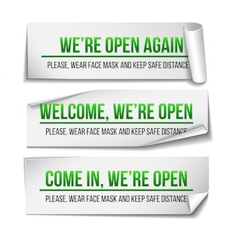Open teken op groen label - welkom terug. set van informatiebord voor de deur over weer werken. houd sociale afstand en draag een gezichtsmasker. geïsoleerd op wit.