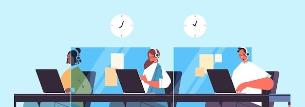 Operators met hoofdtelefoon chatten met klanten callcenter agenten werken in kantoor klantenservice portret