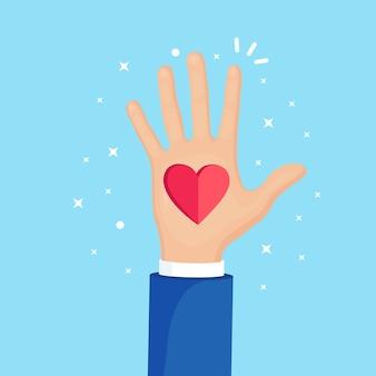 Opgeheven handen met rood hart. vrijwilligerswerk, liefdadigheid, bloed doneren concept. bedankt voor de zorg. stem van de menigte.