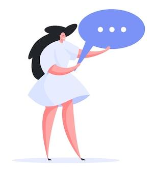 Opgetogen eigentijdse vrouw vriendelijk glimlachend en houdt blauwe tekstballon