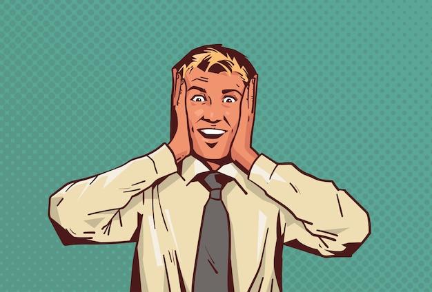 Opgewonden zakenman houden handen gezicht hoofd gelukkig zakenman