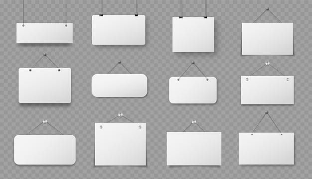 Opknoping teken. realistische blanco papieren borden met touw, informatiewaarschuwing, lege witte kartonnen hangborden hangen voor tekstvectorset