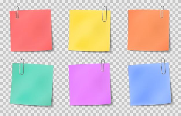 Opmerking plakkerig. notities op papier in kleur bevestigd door metalen paperclips, informatiebord, belangrijke memoboodschap realistische vector set. illustratie papier notitie leeg, gekleurd kleverig kantoorpapier