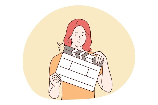 Opnames, film, hulp, cinematogprafie, hulpconcept. gelukkig lachende vrouw assistent