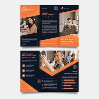 Oranje en zwarte driebladige brochure afdruksjabloon