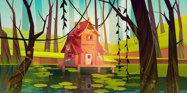 Oud paalhuis in moeras in bos