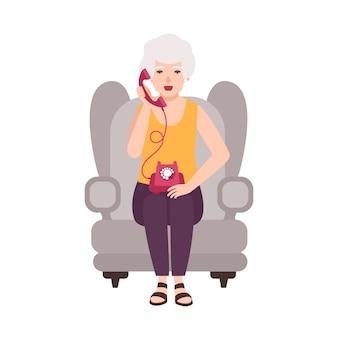 Oude dame, oudere vrouw of oma zitten in een gezellige fauteuil en praten over de telefoon. portret van grootmoeder thuis. glimlachend vrouwelijk beeldverhaalkarakter dat op witte achtergrond wordt geïsoleerd. illustratie