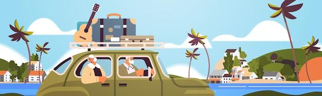 Oude familie rijden in de auto op wekelijkse vakantie senior reizigers paar reizen door actief ouderdomsconcept