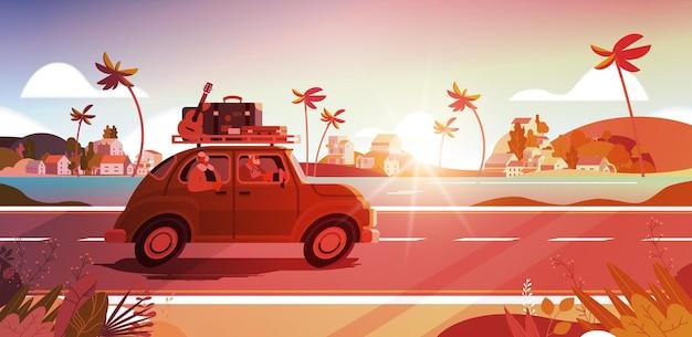 Oude familie rijden in de auto op wekelijkse vakantie senior reizigers paar reizen door actieve ouderdom concept zonsondergang zeegezicht