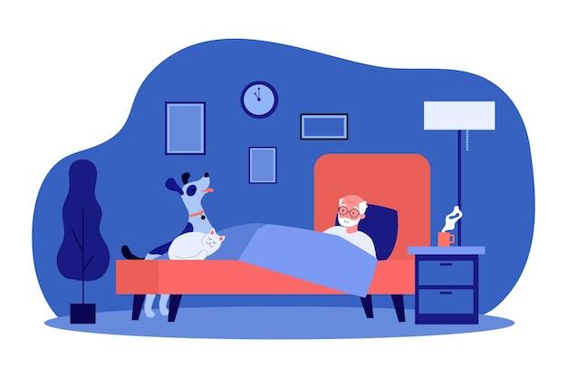 Oude man en zijn huisdieren die samen in bed rusten