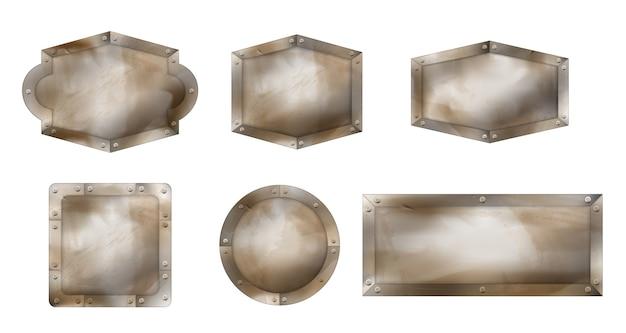 Oude metalen borden in verschillende vormen, roestige planken met stalen frame en schroeven.