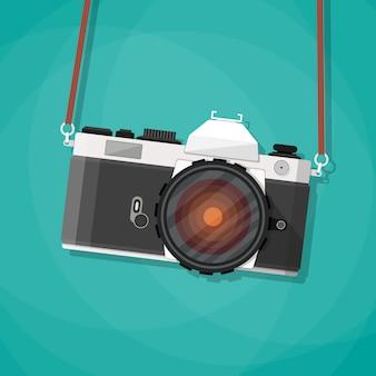 Oude vintage fotocamera met riem.