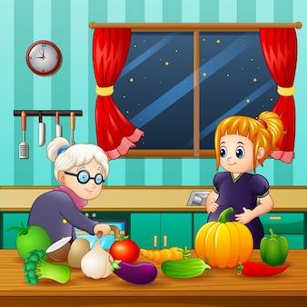 Oude vrouw en een zwangere vrouw in de keuken