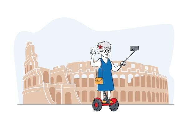 Oude vrouw teken selfie maken op smartphone staan op hoverboard in coliseum. bejaarde dame saving life moments memory in buitenlandse reizen. senior toerist die in het buitenland reist. lineair