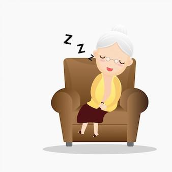 Oude vrouwenslaap in een leunstoel.