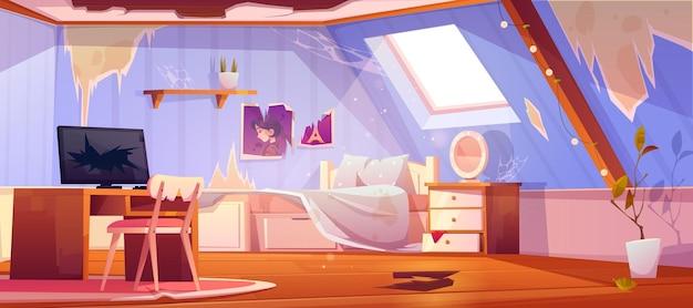 Oude vuile meisjesslaapkamer op zolder. interieur van mansardedak met gebroken vloer en meubels, rotzooi en afval.