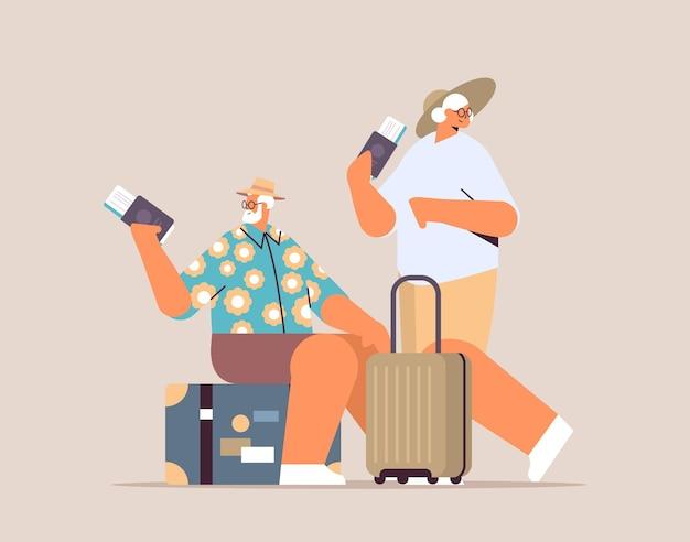 Ouder paar toeristen grootouders met bagage met paspoorten en tickets klaar om in te stappen op de luchthaven