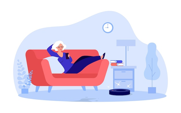 Oudere cartoonvrouw die robotstofzuiger via de telefoon bestuurt. oude dame liggend op de bank platte vectorillustratie. technologie, levensstijl, huishoudelijk werkconcept voor banner, websiteontwerp of bestemmingspagina