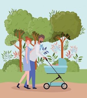 Ouders die voor pasgeboren baby met kar in het park zorgen