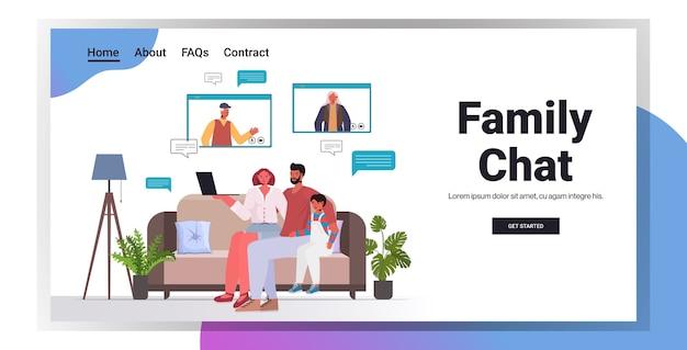 Ouders en kind met virtuele ontmoeting met grootouders in webbrowservensters videogesprek familiechat communicatieconcept woonkamer interieur horizontaal