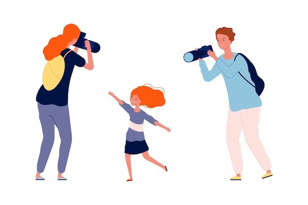 Ouders en kind. moeder en vader maken foto van hun kind.