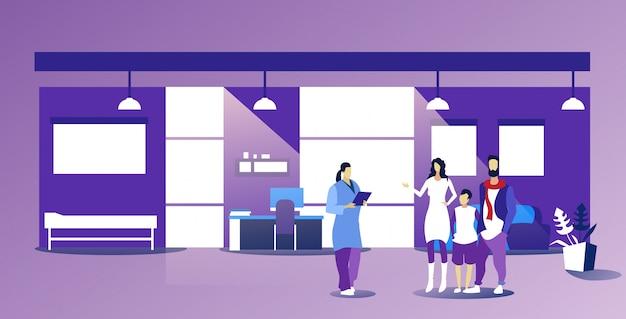 Ouders met kind bezoekende vrouwelijke huisarts die voorschrift voor patiënten geven gezondheidszorg medisch overleg concept modern kantoor interieur