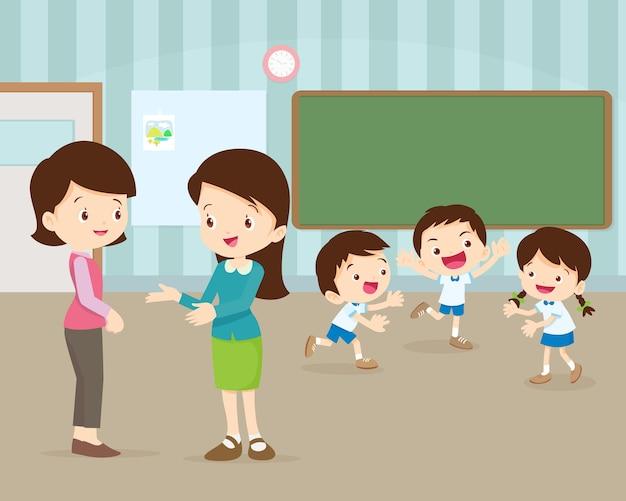 Oudervergadering met leraar in de klas