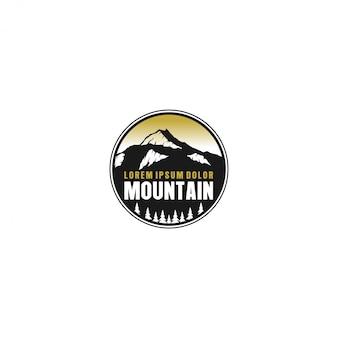 Outdoor berg natuur logo, avontuur wildlife dennenbos
