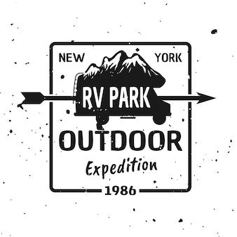Outdoor expeditie vector monochroom embleem, label, badge, sticker of logo met camper silhouet en bergen geïsoleerd op gestructureerde achtergrond