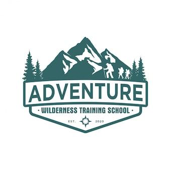 Outdoor rotsachtige berg natuur logo - avontuur wildlife dennenbos ontwerp, wandelen exploratie natuur, camping basecamp kampvuur alpine himalaya.